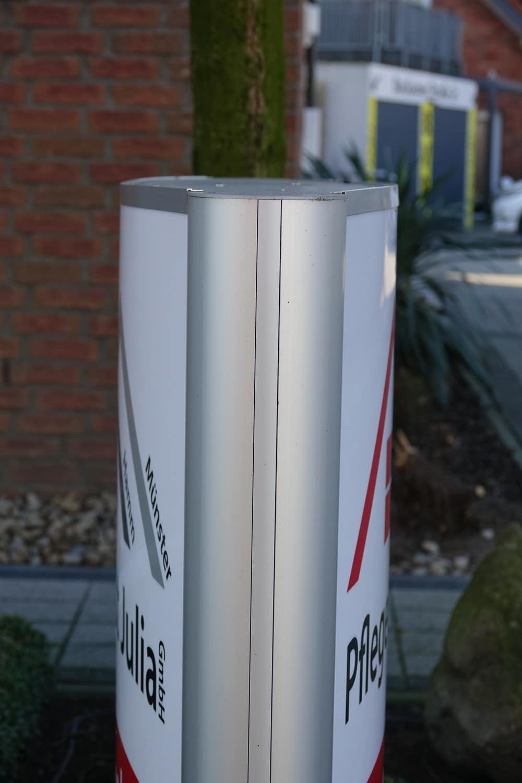 Montage eines Pylones mit integrierter LED-Beleuchtung